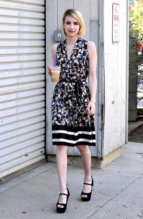 艾瑪羅勃茲的黑色印花洋裝裙擺搭配條紋印花,呈現一種「田園風遇上海洋風」的優雅混搭...