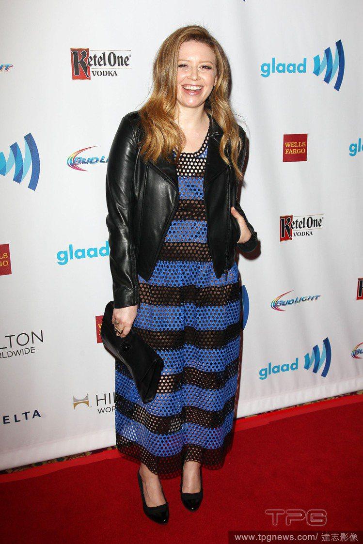 女星 Natasha Lyonne 出席2014年同志媒體獎,穿著寬版黑藍條紋洞...