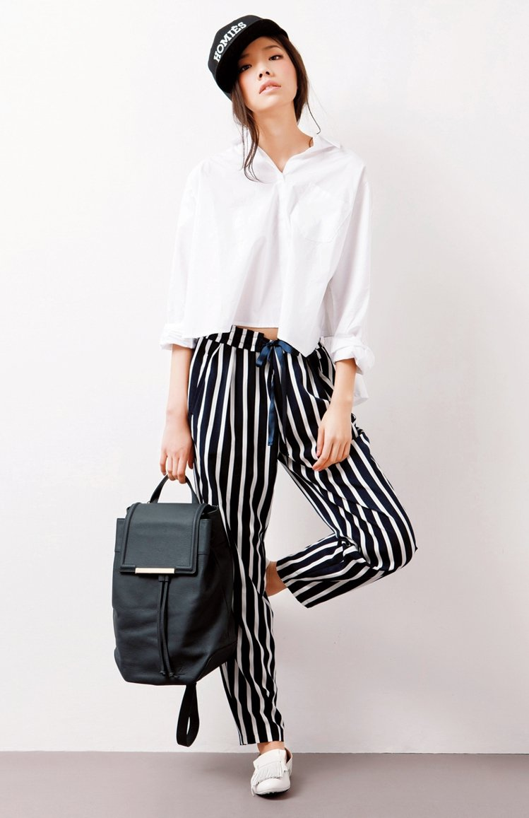 硬挺白襯衫,打造潮味學院風。襯衫NT2900/DRESS CODE,褲NT149...