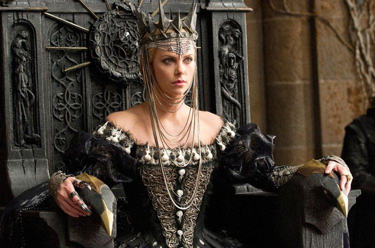 2012年電影《公主與狩獵者》,由莎莉賽隆飾演壞皇后一角。圖/UIP提供