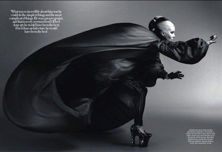 Daphne Guinness 穿著已故設計師 Alexander McQuee...