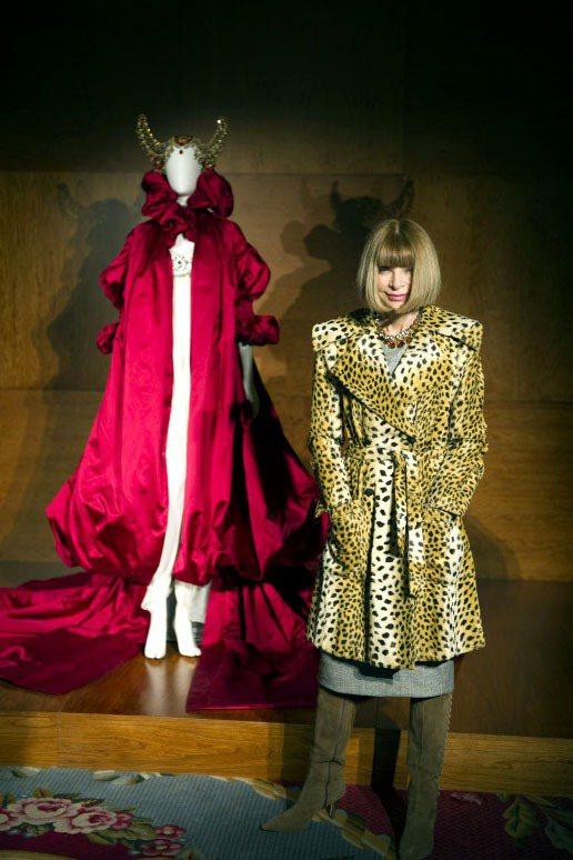 Alexander McQueen於2008 年的推出的紅色斗篷,濃厚的宮廷風高...