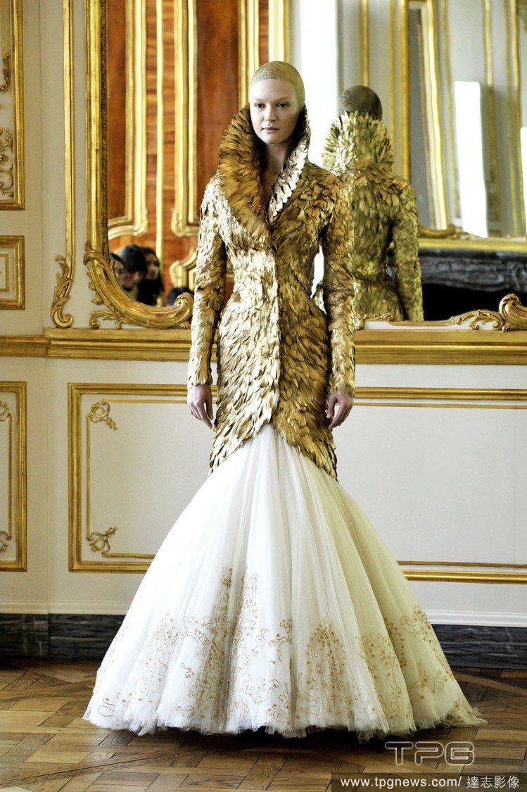 2010 年秋冬,是 Alexander McQueen 本人最後一季設計,金色...