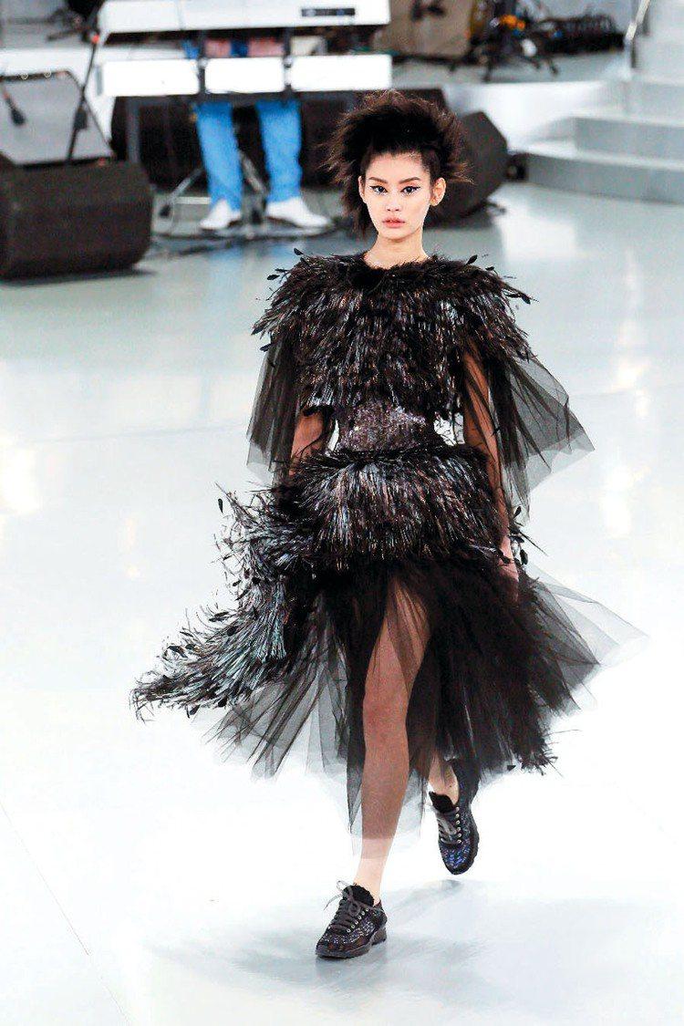 香奈兒2014春夏訂製服羽毛裝打造暗黑華麗感。圖/CHANEL提供