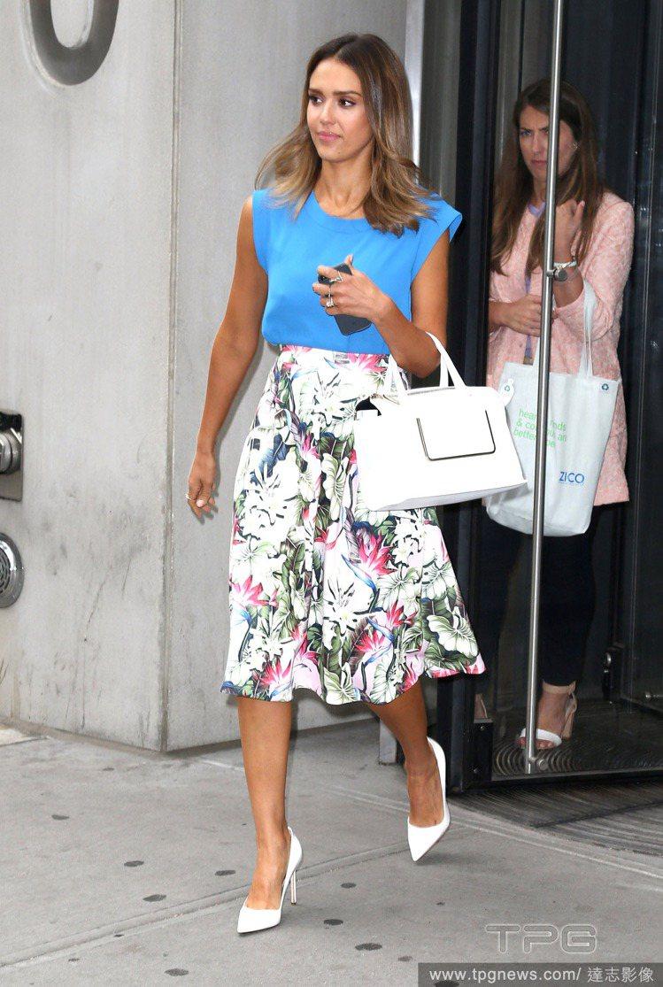 潔西卡艾芭選穿高腰的印花長裙搭亮藍色上衣,素淨的配上白色尖頭鞋與包包,亮眼優雅。...
