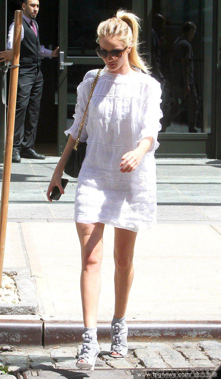 蘿西杭亭頓的五分袖白洋裝本身就屬於適合參加宴會的偏正式款,搭配波浪狀的薄紗裝飾再...