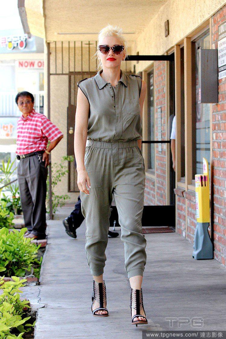 關史蒂芬妮的淺軍綠色連身工作服以軍裝風穿出帥氣感,自創品牌 L.A.M.B 的高...