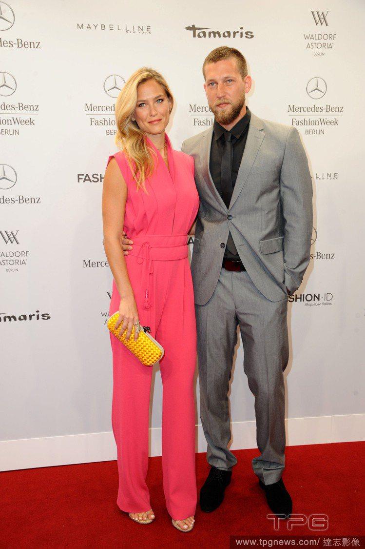 以色列名模芭兒拉法莉,穿著一身桃紅色連身褲裝出席時裝秀,西裝背心式的剪裁和立領設...