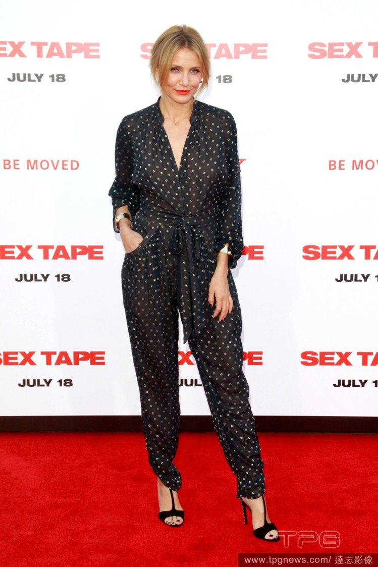 卡麥蓉狄亞出席電影首映,身穿黑色透膚連身褲裝,圓點印花復古時尚,透膚的質感也增添...