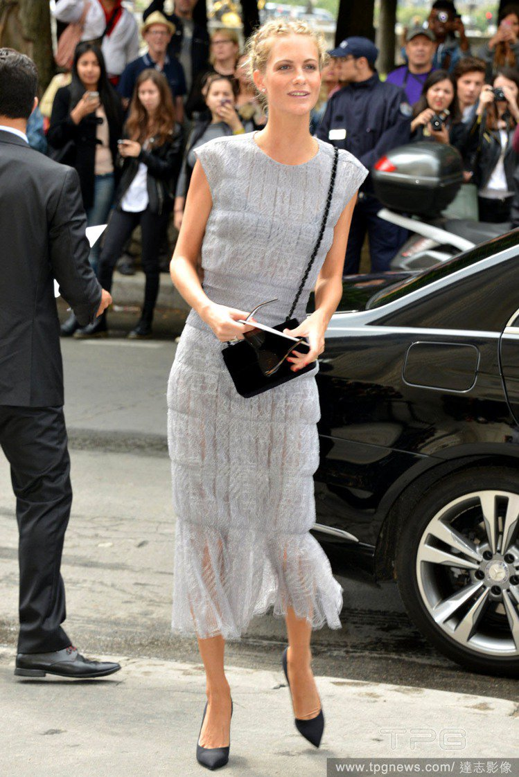 Poppy Delevingne 身穿 CHANEL 灰色長裙出席品牌高級訂製服...