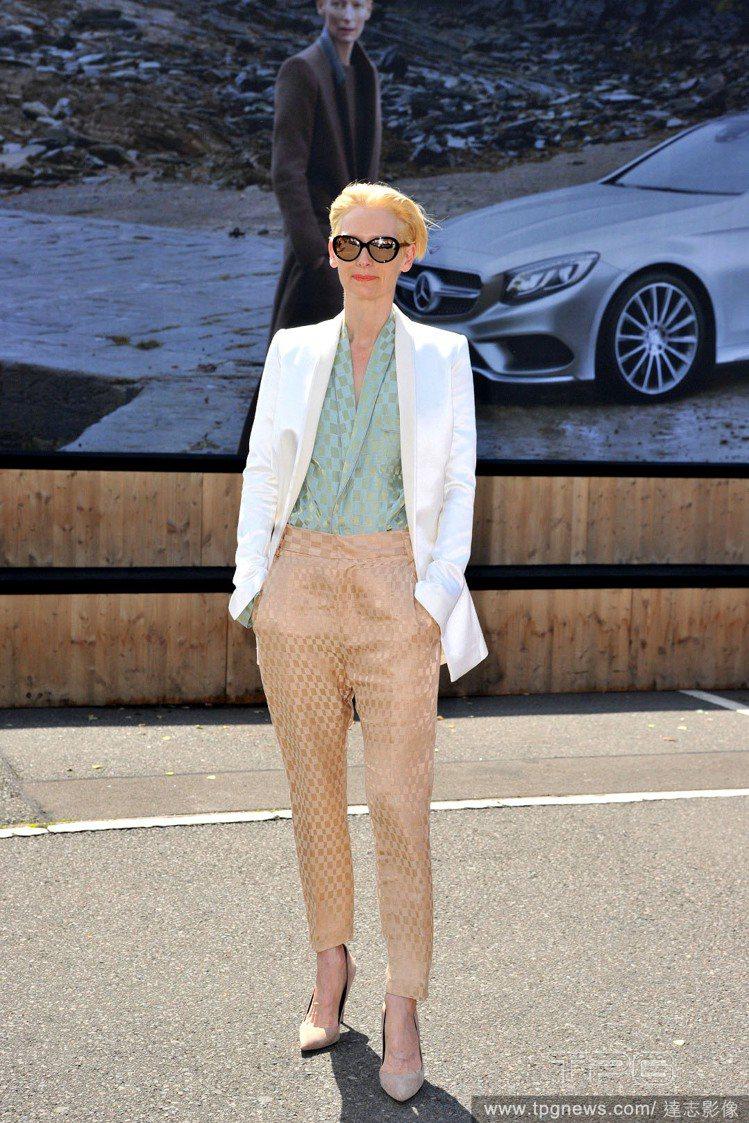 蒂妲史雲頓是最新的賓士廣告主角,她出席品牌贊助的時裝秀時身穿白色西裝外套搭蘋果綠...