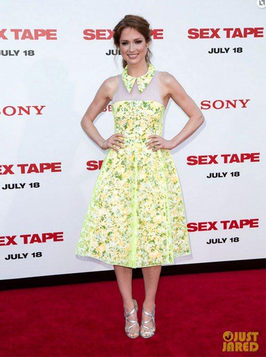 Ellie Kemper 穿著 Honor 黃色印花洋裝,透膚紗質布料從上身一路...