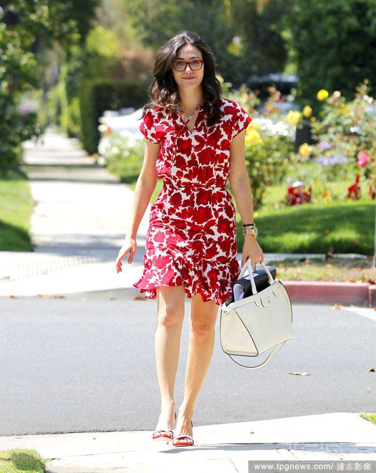 愛穿洋裝的艾美羅森,選擇一身紅白配色印花洋裝,搭配典雅的提包與高跟涼鞋,還難得戴...