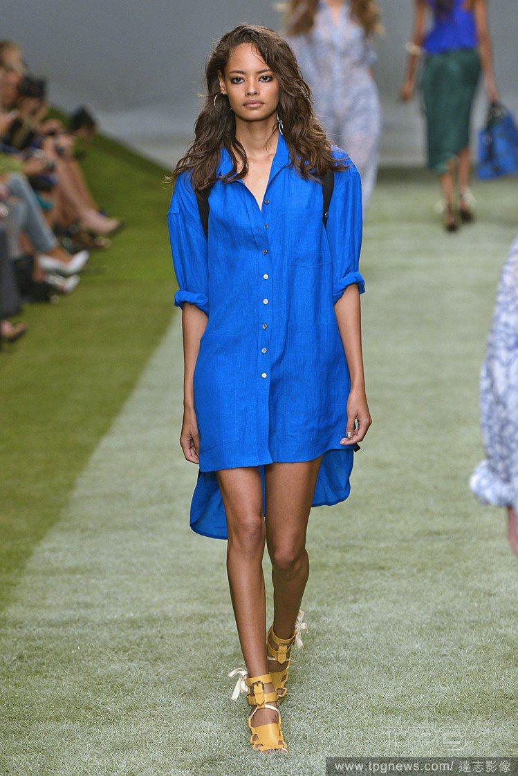 Unique 藍色襯衫洋裝相當悠閒率性,搭配平底涼鞋就很有型。圖/達志影像
