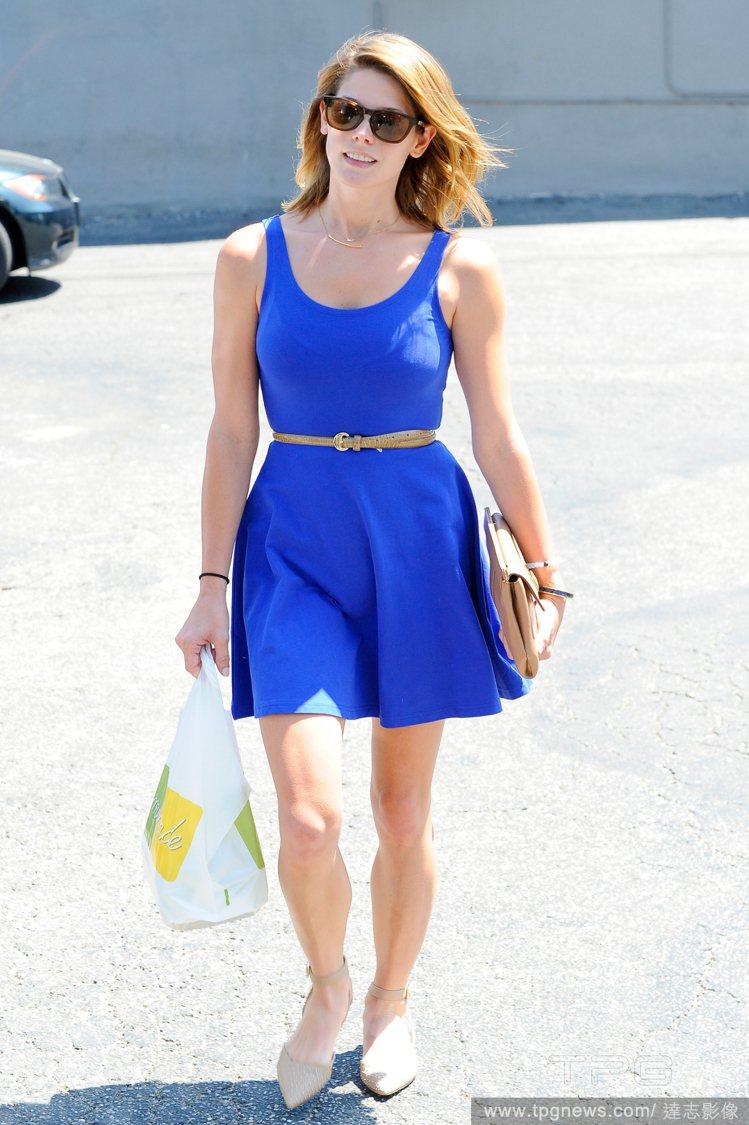 簡單的寶藍色 U 領削肩洋裝就能帶出夏天俏麗感,搭配淺色系包鞋,更能打造輕盈感受...