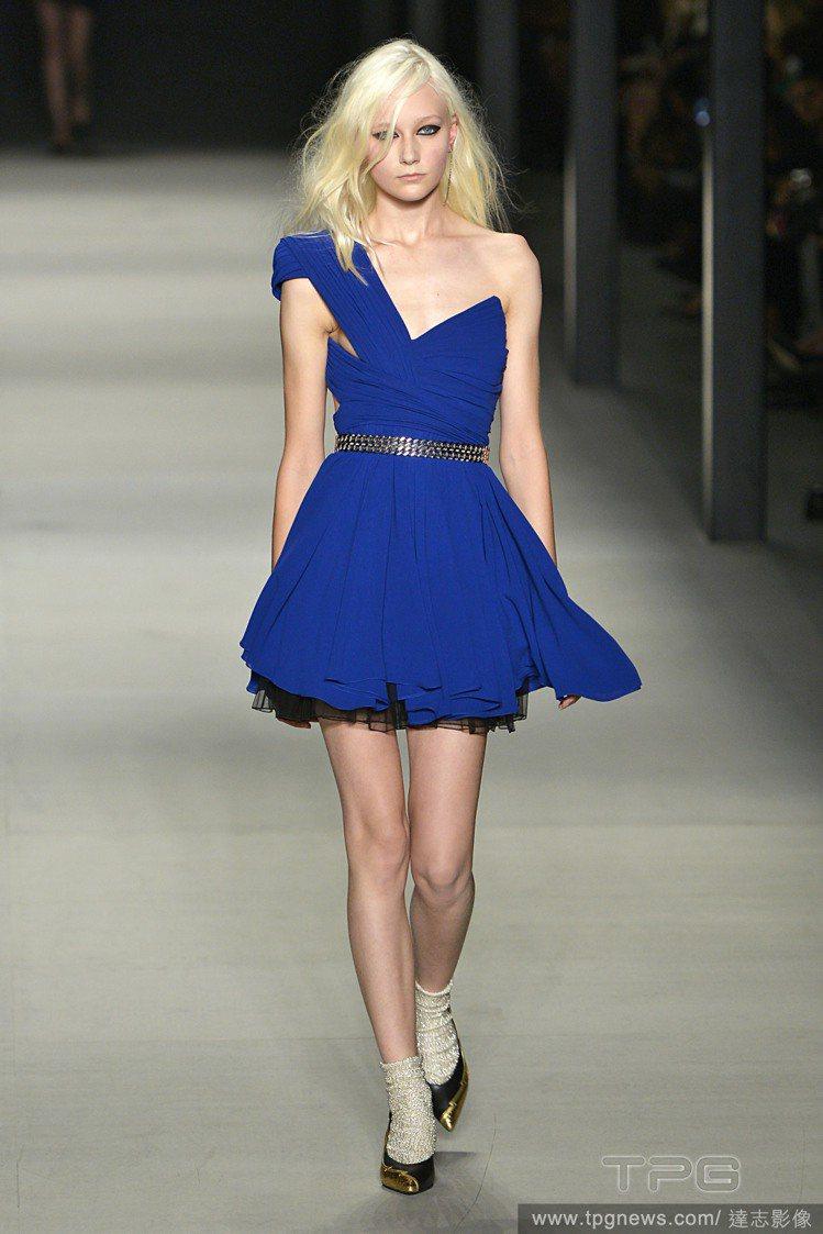 Saint Laurent 寶藍色洋裝,不規則削肩設計與浪漫裙襬形成有趣對比,而...