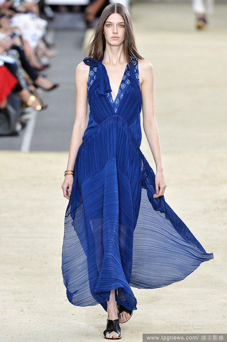 Chloé 以綁帶、鏤空與透視元素打造春夏長洋裝,深深淺淺的藍色調帶來清新溫柔女...