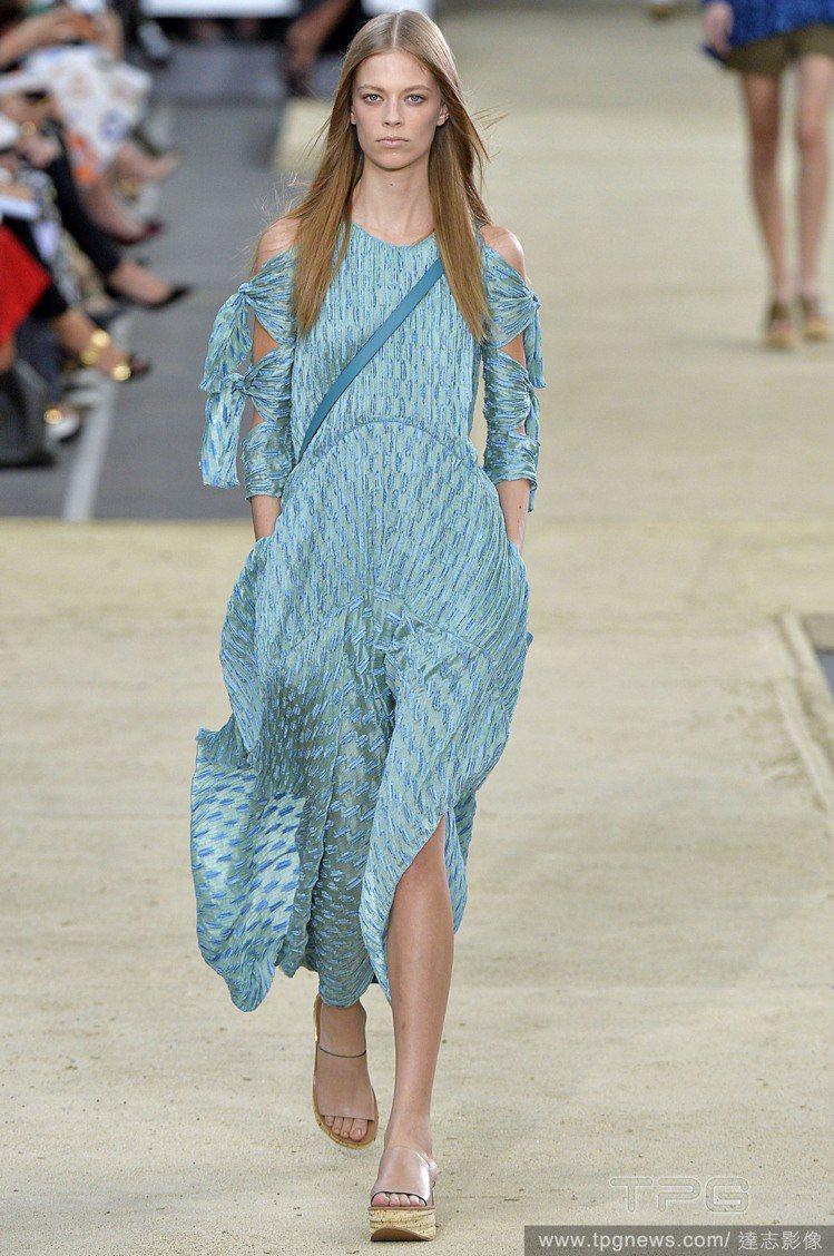 Chloé 淡藍色長洋裝的綁帶袖展現鏤空時尚,加上緞面淡藍帶來一種高貴優雅的浪漫...