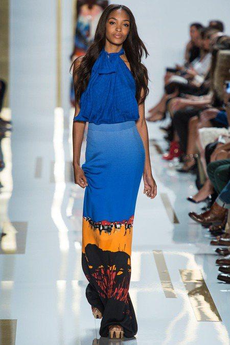 Diane von Fürstenberg 以漸層藍彩搭配野性印花與抓皺設計,展...