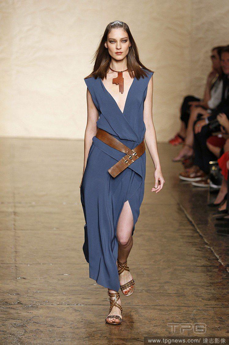 Donna Karan 淺色午夜藍長洋裝充滿率性都會風情,俐落剪裁與裝飾皮件,優...