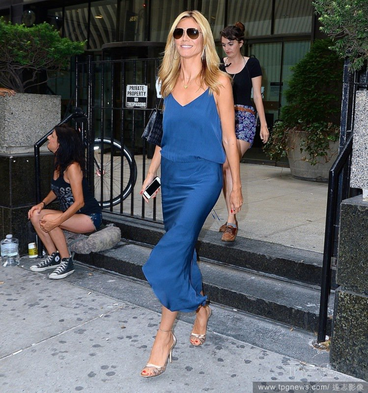 超模海蒂克隆(Heidi Klum)以一襲睡衣式緞面長洋裝亮相,看起來慵懶優雅又...