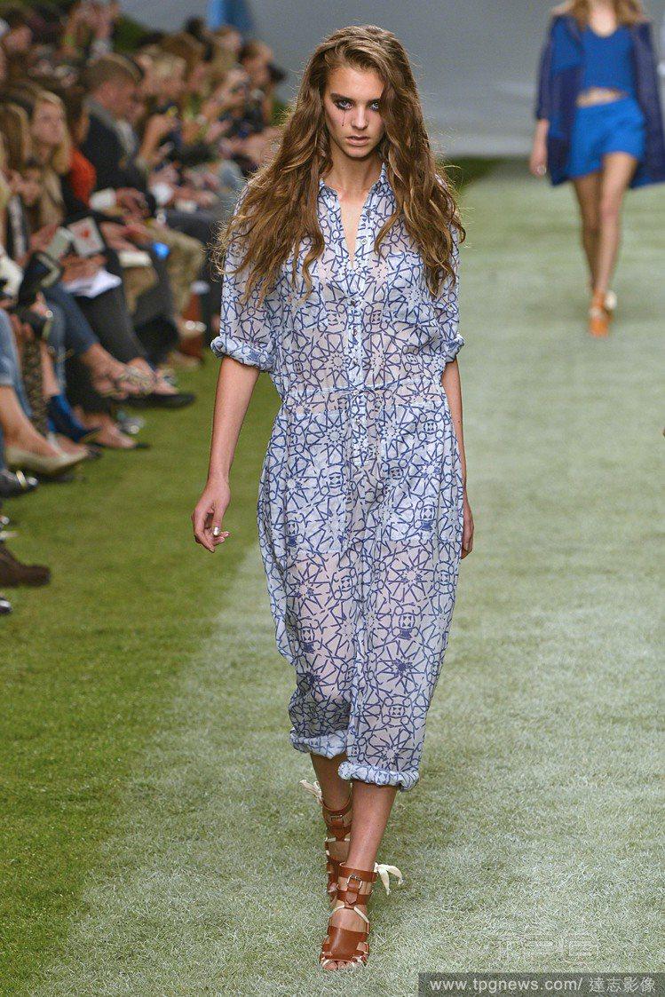 Unique 2014 春夏推出類似雪紡薄材質的連身褲裝,藍色幾何線條與若隱若現...