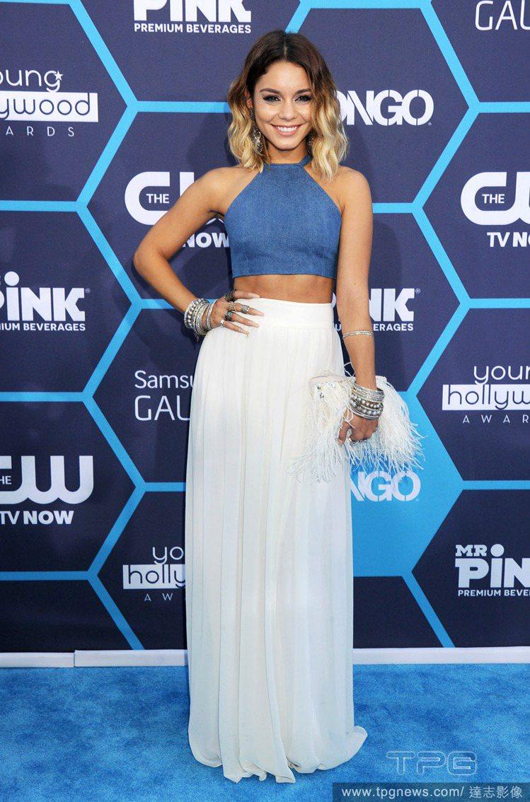 瘦身有成的凡妮莎哈金斯,近日出席青少年好萊塢獎時忍不住露腰秀身材,一身藍色繞頸上...