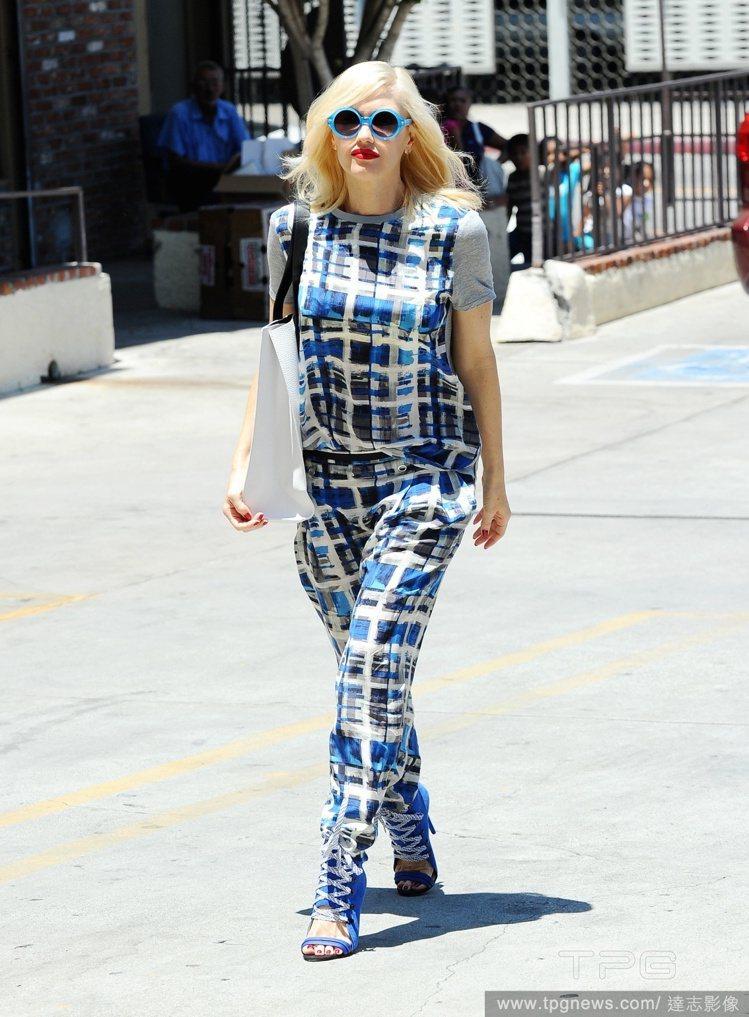 關史蒂芬妮(Gwen Stefani)的偽水彩幾何塗鴉套裝,帶來清涼俏皮的悠閒氛...