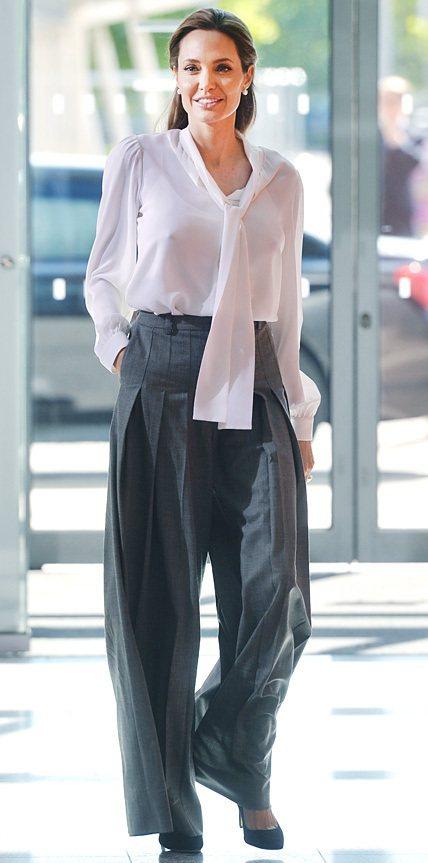 安潔莉娜裘莉之前參加聯合國活動穿著Michael Kors寬版褲亮相。圖/擷取自...