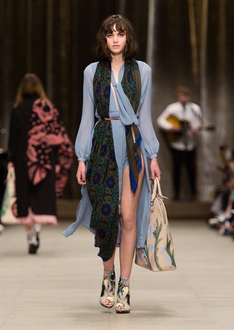BURBERRY 秋冬推出多款透膚開叉洋裝。圖/BURBERRY提供