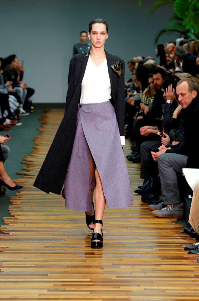 CELINE不只開叉,甚至是把裙子拆解成好幾片,隨著步伐移動不時露出雙腿。圖/C...