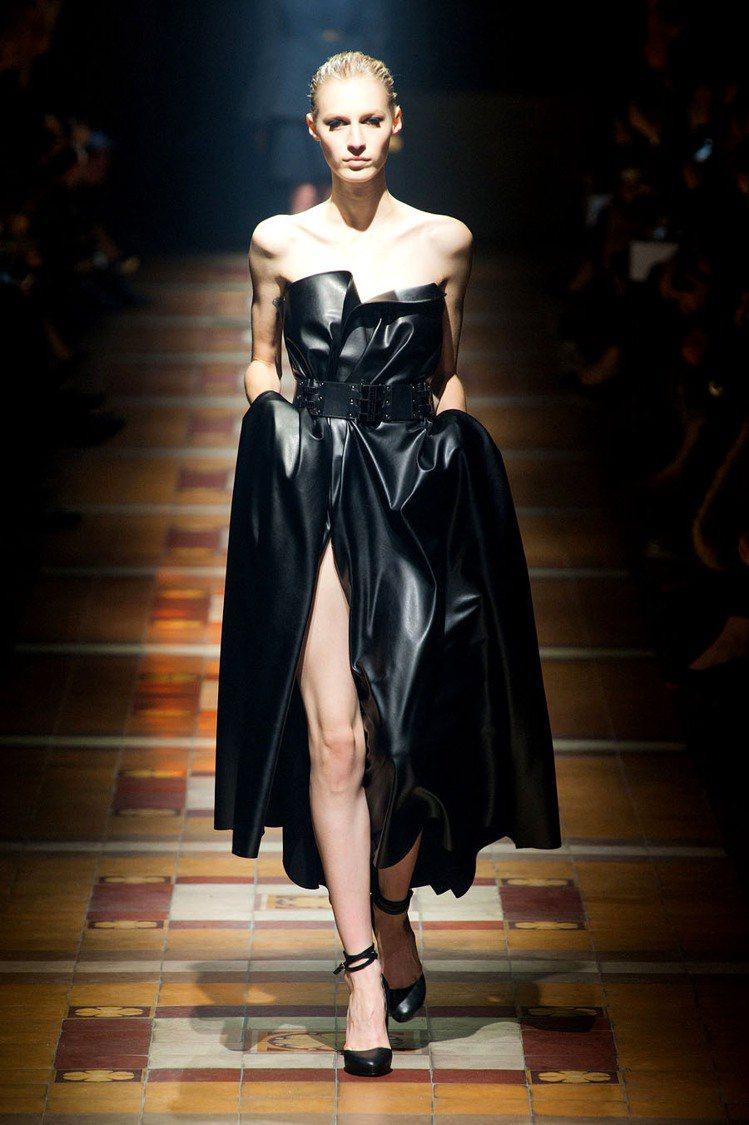 LANVIN 的開叉平口洋裝上露下也露,對比極黑的布料讓露出的腿更顯白皙。圖/擷...