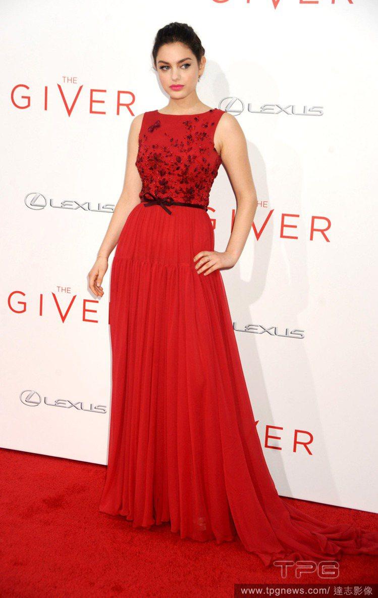 女星 Odeya Rush 穿著 George Hobeika 的紅色禮服出席電...