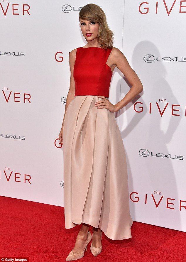 泰勒絲Monique Lhuillier 的紅粉兩色拼接禮服,用極簡的線條打造現...