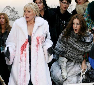 「慾望城市」電影中,也出現動物保育人士向珊曼莎潑漆抗議的畫面。圖/華納提供