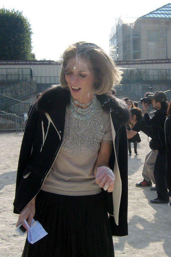 2005年巴黎時裝周期間,美國VOGUE總編輯安娜溫圖爾慘遭動物保育人士的潑漆抗...