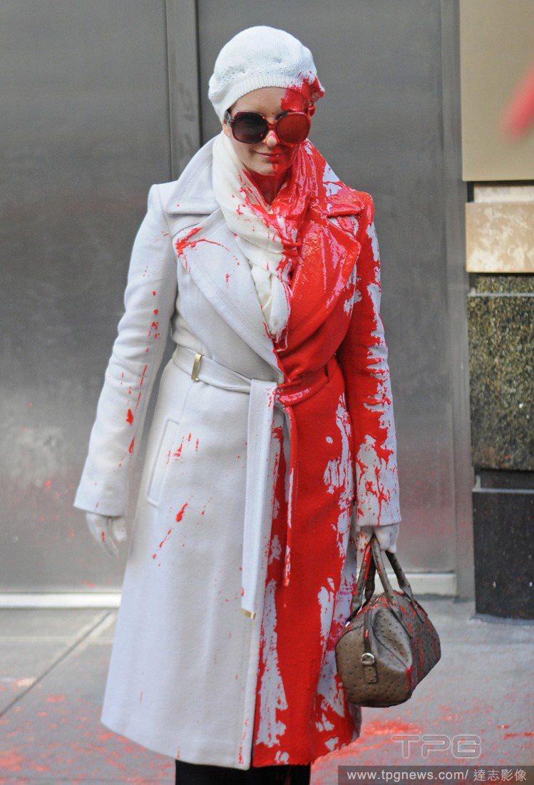 美加影集「超級製作人」中,也出現女主角蒂娜費穿皮草遭潑漆的劇情。圖/達志影像
