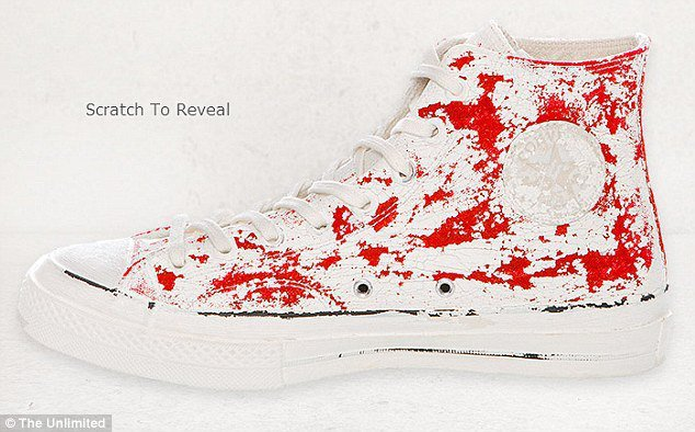 Martin Margiela在經典CONVERSE紅色帆布鞋上白漆,消費者可自...