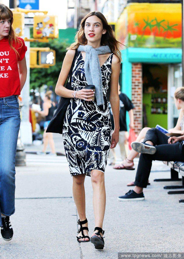 即使穿著熱帶風情洋裝,也能以圍巾或絲巾增添搭配樂趣。圖/達志影像