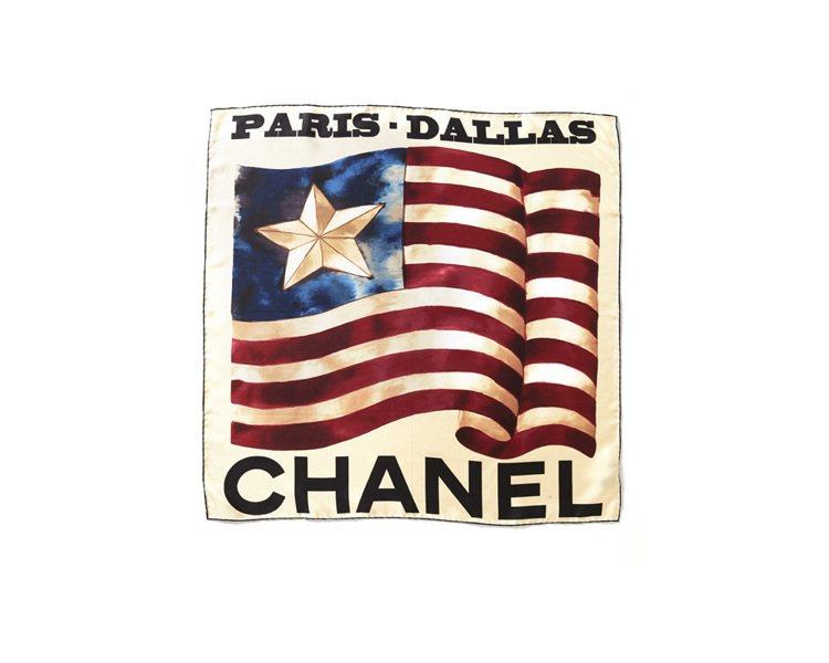 香奈兒美國達拉斯塗鴉米色絲巾、11,500元。圖/香奈兒提供