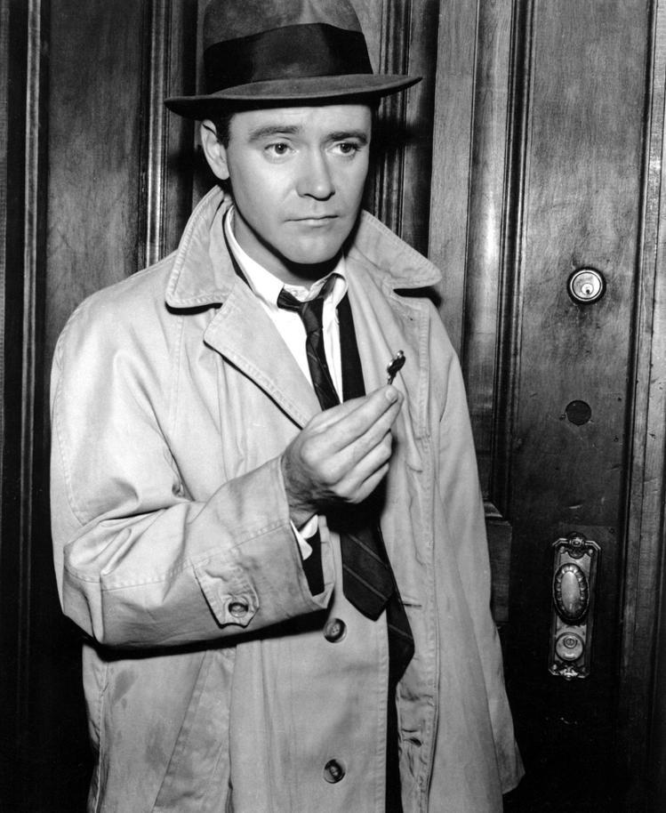 60年代電影「公寓春光」,上班族傑克李蒙穿風衣的帥氣裝扮。圖/擷自電影劇照