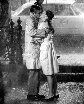 「第凡內早餐」中,奧黛麗赫本穿Burberry風衣在雨中與男主角擁吻。圖/擷自劇...
