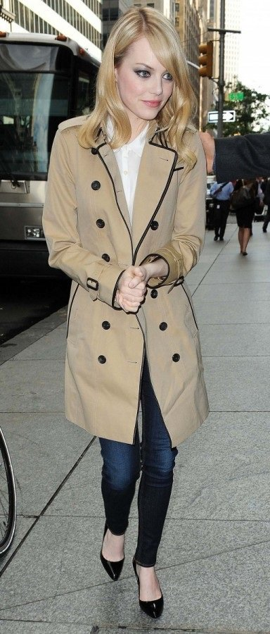 新近崛起的艾瑪史東穿Burberry風衣,更有氣質。圖/Burberry提供