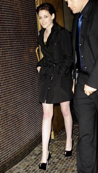 克莉斯汀史都華將Burberry風衣當作洋裝來穿,高貴典雅。圖/Burberry...
