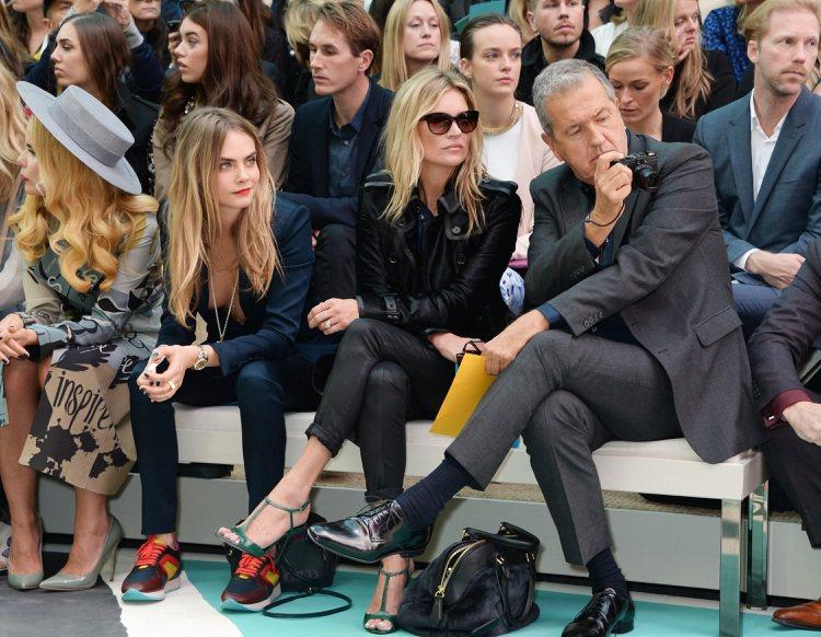 超模 Cara Delevinge(左) 以一身深V西裝套裝搭拼色球鞋配出俏皮個...