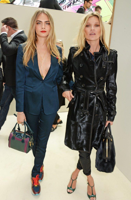 和凱特摩絲手牽手出席 BURBERRY 時裝秀,超模 Cara Deleving...