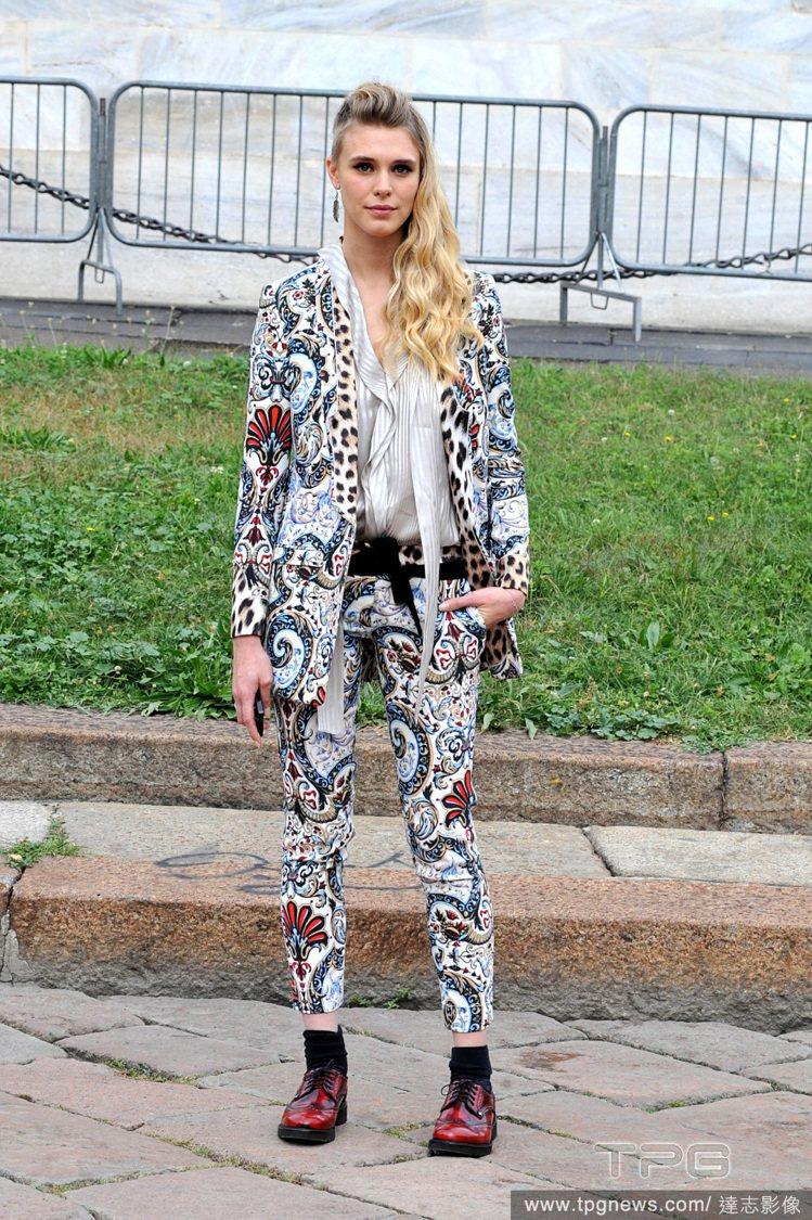 名模 Gaia Weiss 以淺色繁複印花西裝套裝現身 Just Cavalli...