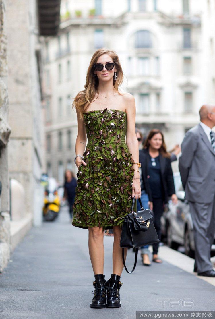 Chiara Ferragni 穿著 Alberta Ferretti 的墨綠色...