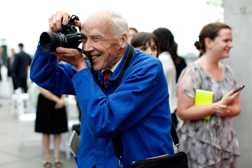 資深攝影師Bill Cunningham,雖然年事已高,但還是時尚秀場外最搶眼的...