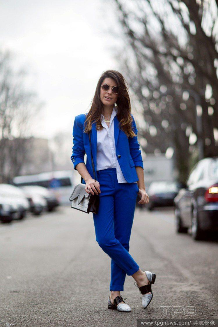 部落客 Aida Domenech 選穿藍色西裝褲裝套裝,內搭白色襯衫。襯衫穿法...